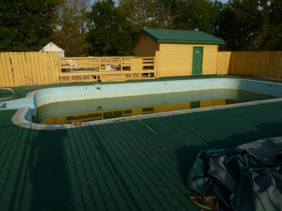 Knights Inn Independence: Pool out of order