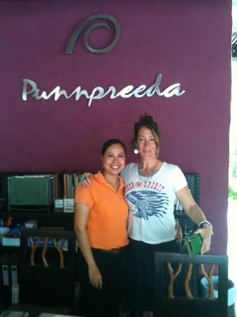 Punnpreeda Beach Resort: Reception area with wonderful staff!