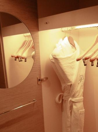 Port Palace Hotel: Bathrobes