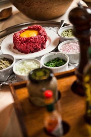 Logis Arcombelle : Le steack tartare préparé devant vous