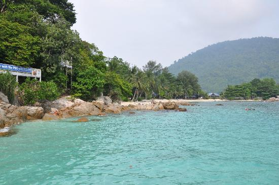 Coral View Island Resort: View on the beach and resort from the pier