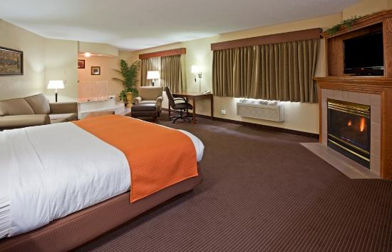 AmericInn Lodge & Suites Fargo West Acres: Grand Whirlpool Suite