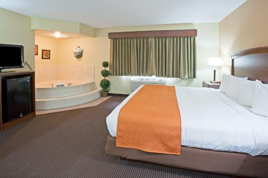 AmericInn Lodge & Suites Fargo West Acres: King Whirlpool Suite