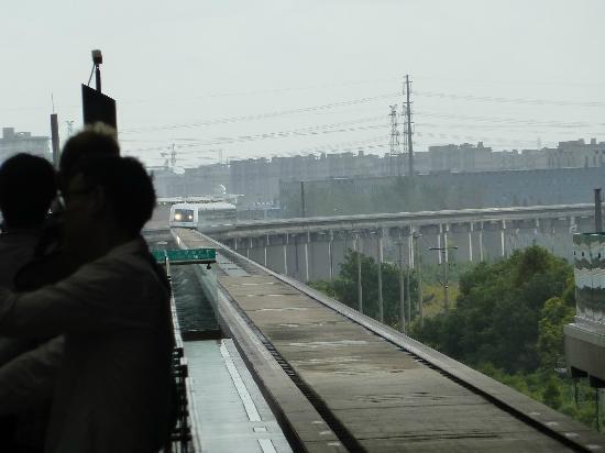 Shanghai Hongqiao Railway Station: Transrapid bei der Einfahrt