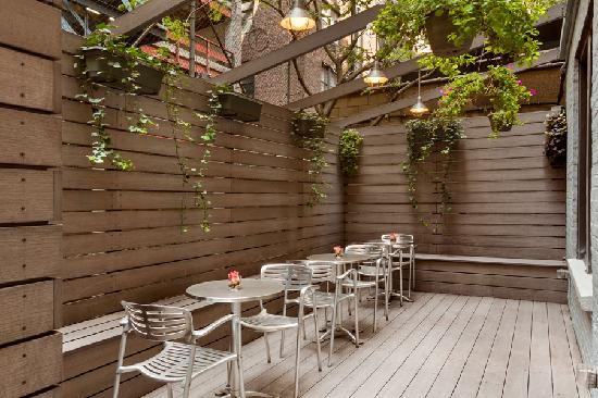 Best Western Plus Hospitality House: Outdoor Deck Seating Area
