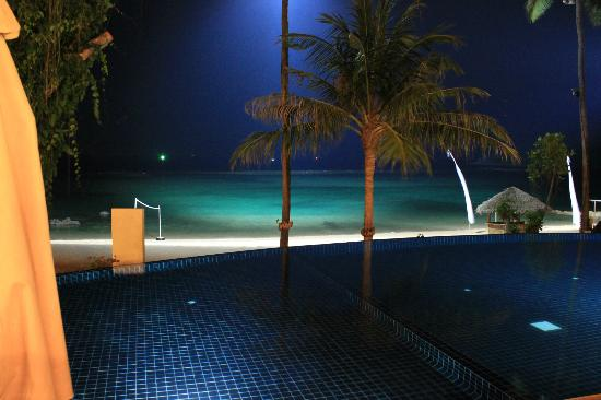 Anantara Lawana Koh Samui Resort: Pool and beach by night