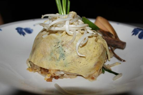 Anantara Lawana Koh Samui Resort: Chicken and Cashew with Yellow noodles (wrapped in omlette)