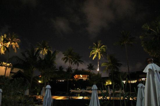 Anantara Lawana Koh Samui Resort: Beach view of restaurant at night