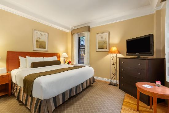 BEST WESTERN PLUS Hospitality House: King Apartment Suite Bedroom