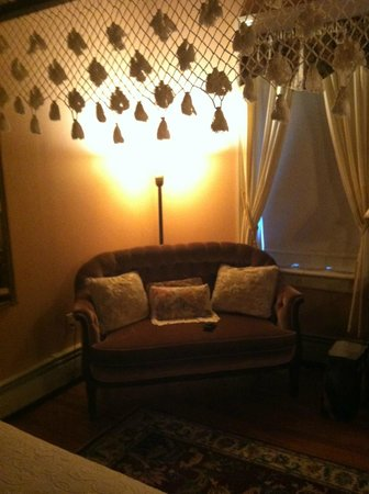 Carriage House Inn: sitting area
