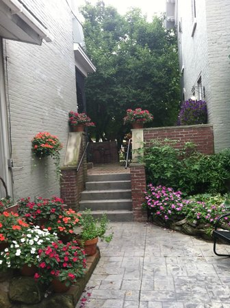 Carriage House Inn : beautifulentry to older section of Inn