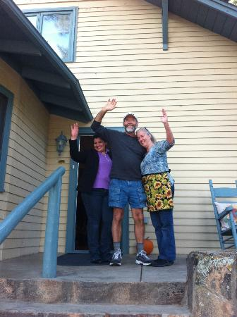 Romantic RiverSong Bed and Breakfast Inn: Blanca, Gary, and Mary waving good bye as we left