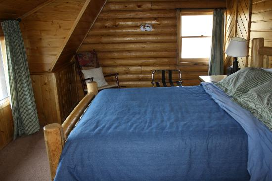 Howlers Inn Bed & Breakfast and Wolf Sanctuary: Carriage House bedroom #1