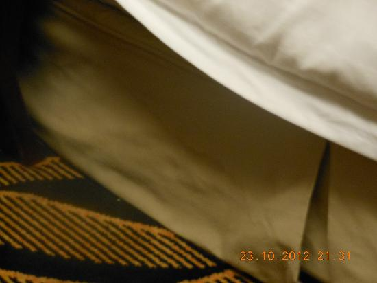 Metropark Park Hotel Kowloon: Dirty stain on bedding