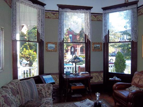Azalea Inn & Villas: Livingroom