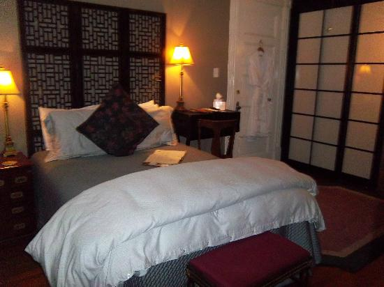 Azalea Inn & Villas: Queen Size Bed