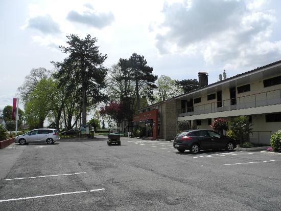 Hotel Mercure Mont Saint Michel: Стоянка у отеля
