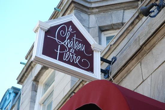 Le Chateau de Pierre: outside signage