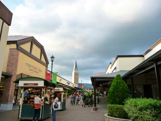 Toki Premium Outlets: 屋根付きの通路が有り難い