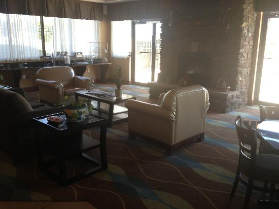 Comfort Suites: Breakfast/Sitting Area