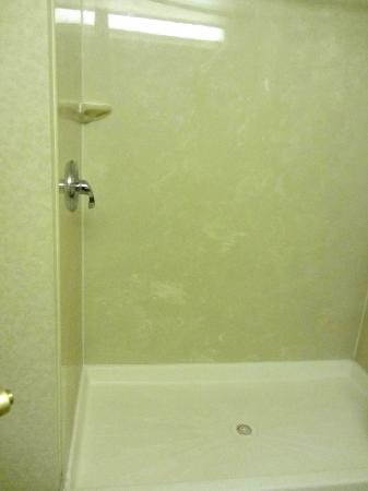 Sleep Inn & Suites: No tubs, only large shower stalls
