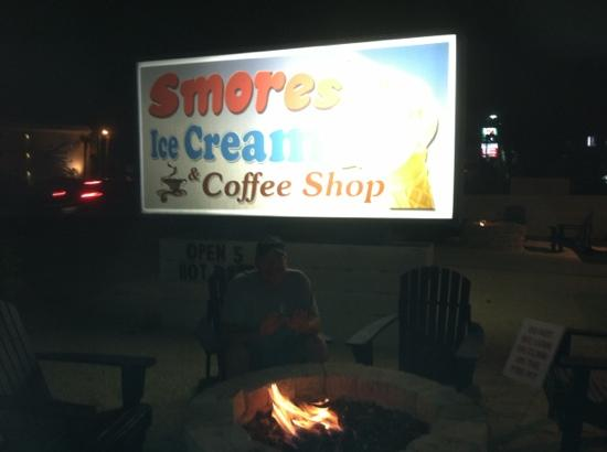 S'mores Ice Cream & Coffee Shop: by the fire