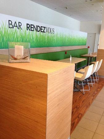 Ibis Berlin Ostbahnhof: Bar/dining room.