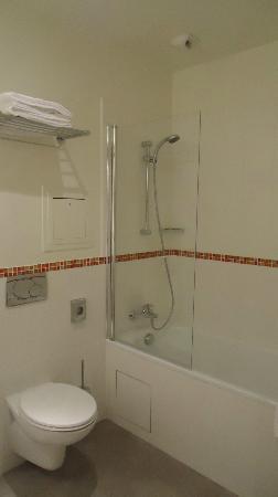 Le Grand Hotel de Normandie: Bathroom, room #212