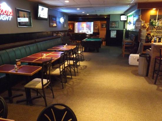 Spurs Bar & Grill: Pool table and a warm atmosphere