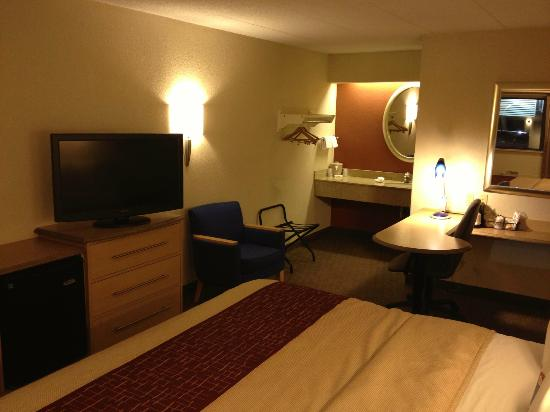 Red Roof Inn Lexington North: TV can face desk so you can work or eat and watch a show at same time. Smart room design