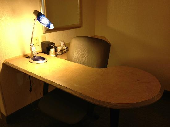 Red Roof Inn Lexington North: my desk had a stain on it