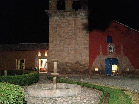 San Agustin Urubamba Hotel: Fachada do Hotel à noite