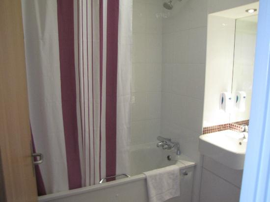 Premier Inn London Hanger Lane Hotel: spacious bathroom