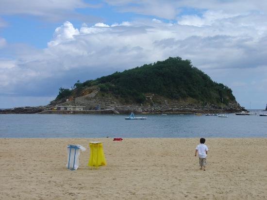Ondarreta Beach: Playa de Ondarreta, con la isla de Santa Clara al fondo.