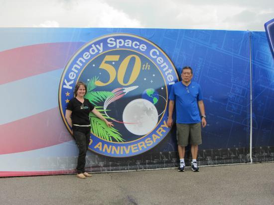 Kennedy Space Center Visitor Complex : Painel comemorativo dos 50 anos do KSC