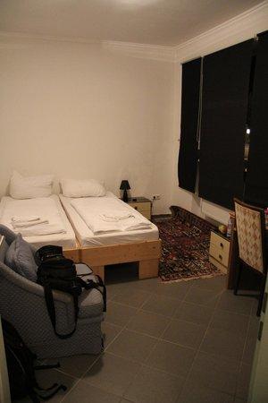 Guenstigschlafen24: Кмната для двоих постояльцев, кровати мы сдвинули.