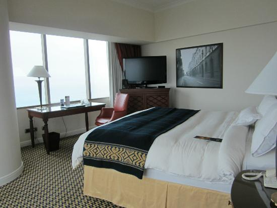 JW Marriott Hotel Lima: Bed faces large windows, beautiful to wake up to