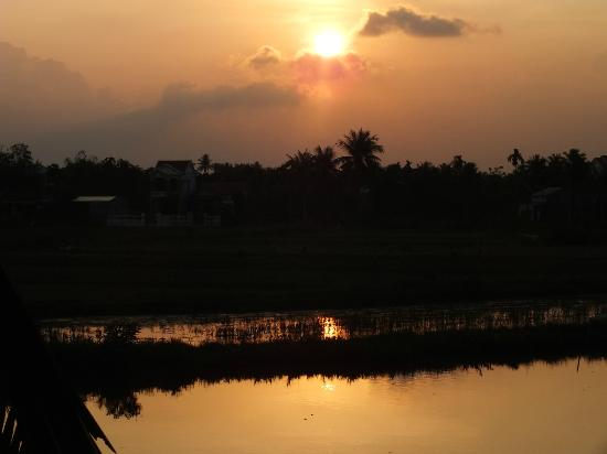 Hoi An Riverside Resort & Spa: SUNSET OVER THE RIVER..!