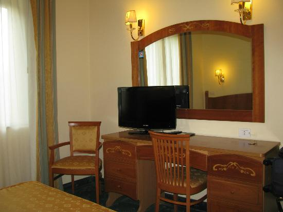 Grand Hotel Parco Del Sole: Old fashion room with modern TV