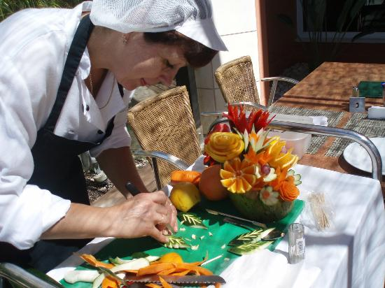 Falesia Hotel: Fruit carving demo