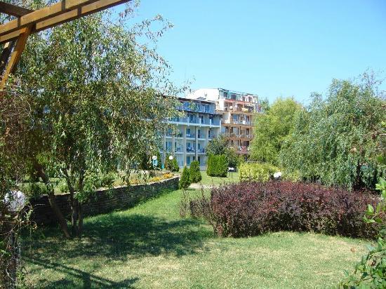 Hotel Perla Beach I: Hotel garden