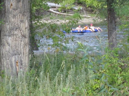 Methow River Lodge & Cabins: watching the floaters