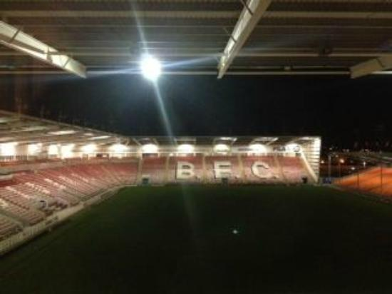 Blackpool FC Hotel: Night view from our room 326