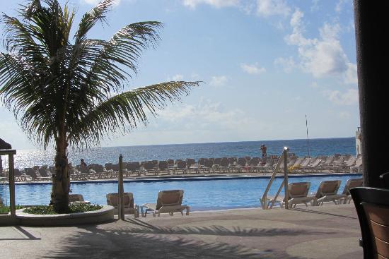 Crown Paradise Club Cancun: Vista desde La Palapa