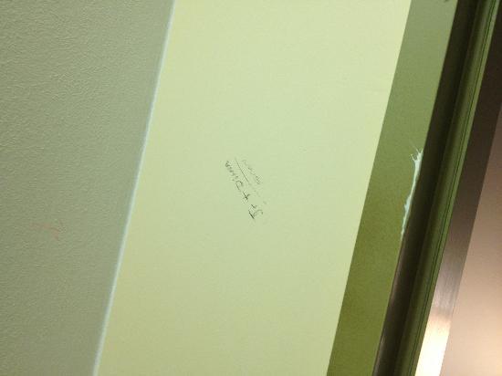 Stadium Inn : Graffiti on wall