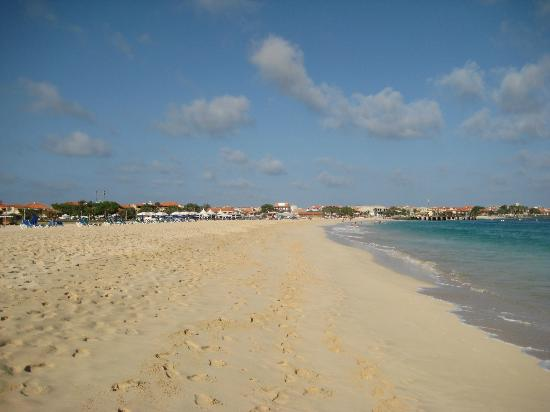 Hotel Morabeza: Beach looking back to Santa Maria
