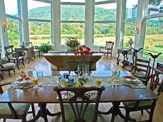 Speed the Plough Bed and Breakfast: Delicious breakfast in bright conservatory