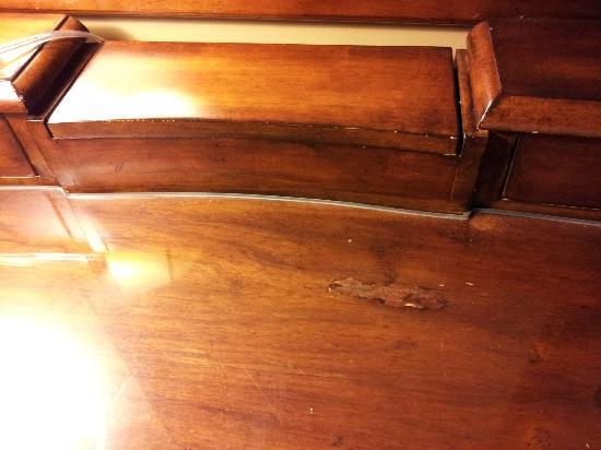 Mirror Lake Inn Resort & Spa: Damaged furniture