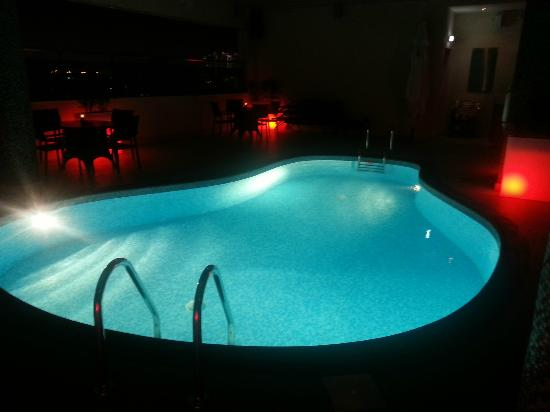 Ramada Downtown Abu Dhabi: Swimming Pool