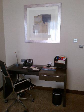 Ramada Abu Dhabi Downtown: Desk Area in Living Room